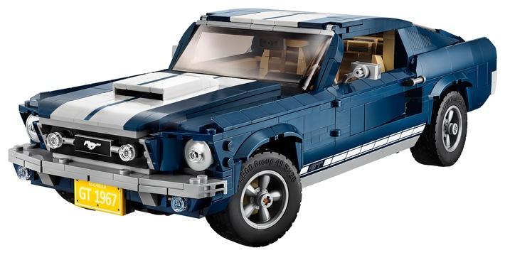 """Der ikonische Ford Mustang GT Fastback aus dem Jahr 1967 wird ab dem 1. März 2019 weltweit auch als LEGO®-Bausatz verkauft - entweder direkt bei den LEGO Stores oder im Einzelhandel. Das Set, es kostet in Deutschland 129,99 Euro, wurde von Ford und LEGO® in Zusammenarbeit entwickelt und besteht aus immerhin 1.471 Einzelteilen. Aufgrund der vergleichsweise großen Zahl von Legosteinen wird der Bausatz für Personen ab 16 Jahren empfohlen. Der Lego-Mustang ist 34 Zentimeter lang, 14 Zentimeter breit und rund zehn Zentimeter hoch. Er hat eine funktionsfähige Lenkung und auch das weltbekannte Mustang-Logo am Kühlergrill fehlt natürlich nicht. Weiterer Text über ots und www.presseportal.de/nr/6955 / Die Verwendung dieses Bildes ist für redaktionelle Zwecke honorarfrei. Veröffentlichung bitte unter Quellenangabe: """"obs/Ford-Werke GmbH"""""""