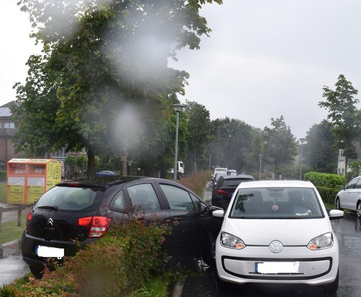 POL-WHV: Verkehrsunfall nach einem Vorfahrtverstoß in Schortens - Nach dem Zusammenstoß verlor die Fahrzeugführerin die Kontrolle und durchfuhr gleich zweimal eine Hecke
