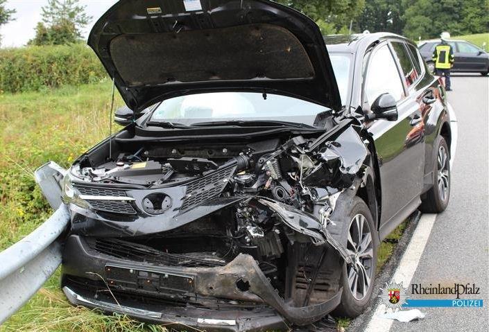 Beide Fahrer sowie eine Beifahrerin erlitten Verletzungen und wurden per Rettungswagen ins Krankenhaus gebracht.