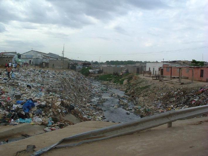 """Wenn Fäkalien in das Trinkwasser gelangen, kann es zu Cholera-Epidemien kommen. In den Slums von Luanda gibt es keine Kanalisation – der ideale Nährboden für das lebensbedrohliche Bakterium. Die Verwendung dieses Bildes ist für redaktionelle Zwecke honorarfrei. Abdruck bitte unter Quellenangabe: """"obs/action medeor"""""""