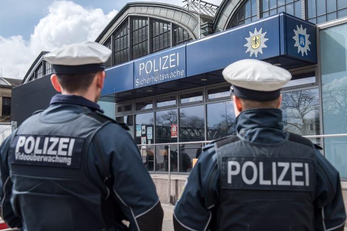 Streife der Bundespolizei vor der Sicherheitswache am Hamurger Hbf