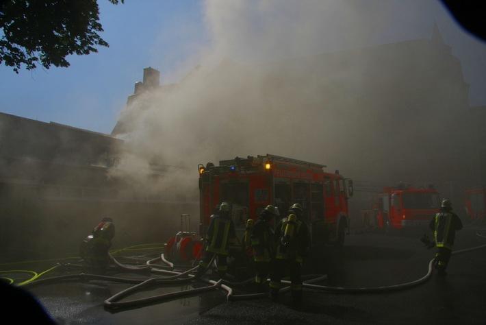 FW-E: Feuer in der Turnhalle des Carl-Humann-Gymnasiums in Essen-Steele