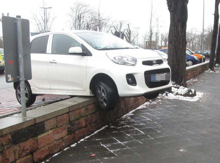 POL-MA: Mannheim-Neckarstadt: Gaspedal mit Bremse verwechselt - Fahrzeug kommt auf Mauer zum Stehen/ Keine Verletzten