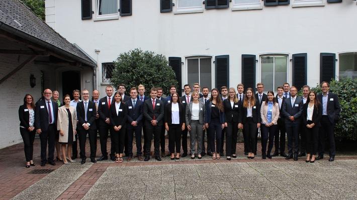 Die neuen Auszubildenden der BP Europa SE der Standorte Bochum und Hamburg mit weiteren BP Vertretern.