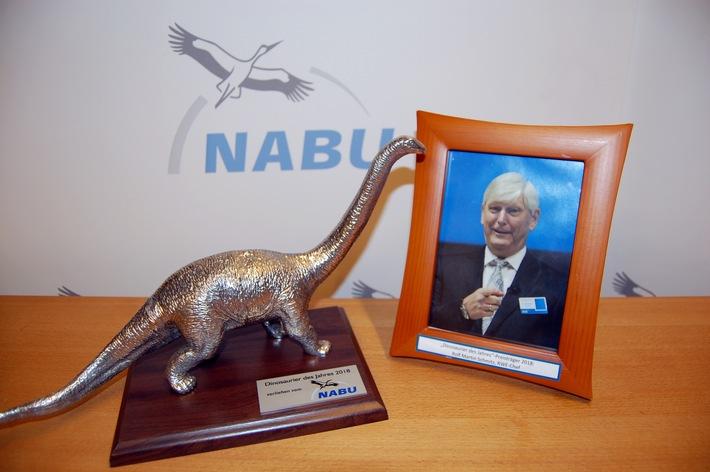 """Der Vorstandsvorsitzende von RWE, Rolf Martin Schmitz, ist vom NABU mit dem Negativ-Preis """"Dinosaurier des Jahres 2018"""" ausgezeichnet worden. Weiterer Text über ots und www.presseportal.de/nr/6347 / Die Verwendung dieses Bildes ist für redaktionelle Zwecke honorarfrei. Veröffentlichung bitte unter Quellenangabe: """"obs/NABU/Nicole Flöper"""""""
