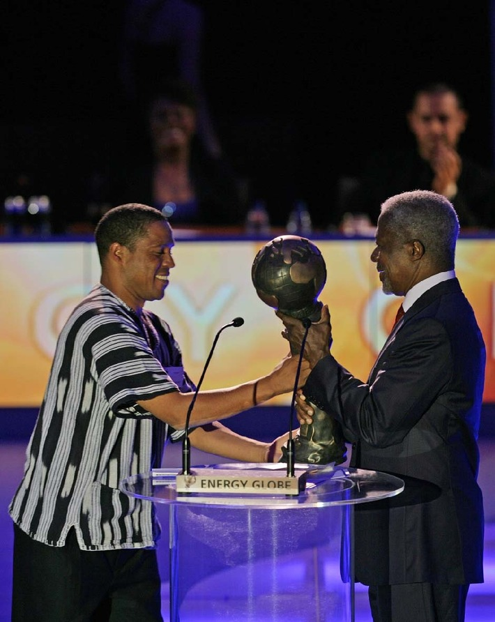 Des mains de Kofi Annan, l'Energy Globe Award pour Helvetas