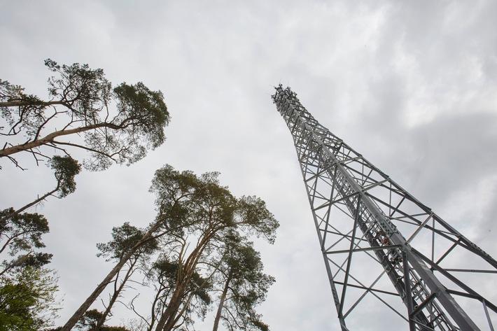 Ein LTE-Funkmast von Vodafone, der die Umgebung mit Breitband-Mobilfunk versorgt.