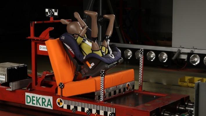 AUTO TEST: Kindersitze im Crashtest / Falsche Sicherung bringt Kinder in Lebensgefahr