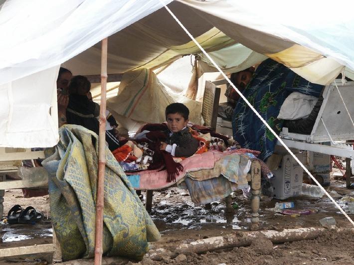 Ein Junge liegt in einem provisorischen Krankenhauszelt in Mansehra. Der Junge muss in diesem Zelt nachts eisige Temperaturen ertragen. Der Boden ist durch den ergiebigen Regen der vergangenen Tage matschig geworden. Der Zustand des Krankenlagers gefährdet die Gesundheit der Patienten. Die Johanniter haben dorthin zusammen mit Partnerorganisationen von Aktion Deutschland Hilft medizinische Hilfsgüter geliefert. Bildnachweis: Kristen / JUH Zur aktuellen Berichterstattung freigegeben. Weitere Bilder unter www.juh-medien.de/pictures.