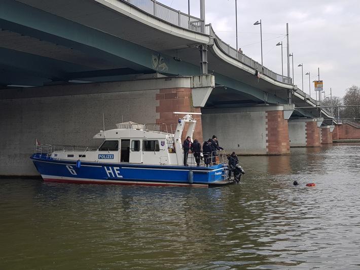 Streifenboot der Wasserschutzpolizei als Taucherplattform