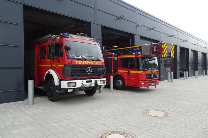 Der erste Einsatz für die neue Feuer- und Rettungswache 3. Zwei Einsatzfahrzeuge rücken aus.