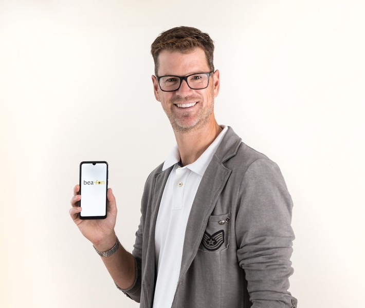 """Die Beafon-Mobile GmbH ist als Anbieter von Handys unter dem Markennamen """"Beafon"""" mit hoher Produkt- und Servicequalität in Deutschland erfolgreich. Der Handyhersteller hat jetzt sein neuestes Handy der Weltöffentlichkeit präsentiert: Das M6 von Beafon ist ab November 2019 erhältlich, die Neuentwicklung mit vollflächigem Display und völlig ohne Tasten war ein logischer weiterer Entwicklungsschritt, da Smartphone-Produkte mit wechselbaren Bedieneroberflächen von Android- auf eine einfach zu bedienende Beafon-Oberfläche mit zusätzlichen SOS-Sicherheitsfunktionen in Zukunft bei allen Altersgruppen stark an Bedeutung gewinnen. Laut jüngsten Studien haben 75 Millionen Menschen in Europa kein Smartphone, die z.B. beim Online-Banking immer unverzichtbarer werden. """"Das neue Smartphone ist ein wichtiger weiterer Entwicklungsschritt"""", betont Reinhard Handlgruber, Gesamtverantwortlicher von Bea-fon Mobile."""