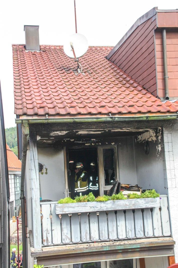 Einsatzkräfte überprüfen nach Küchenbrand den Brandraum. Quelle: Kreisfeuerwehrverband Calw| Fritsch. Honorarfreies verwenden des Bildmaterials nur bei Nennung der Quellenangabe.