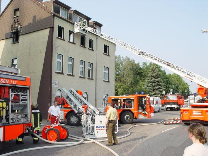 FW-E: Wohnungsbrand erfordert massiven Feuerwehreinsatz