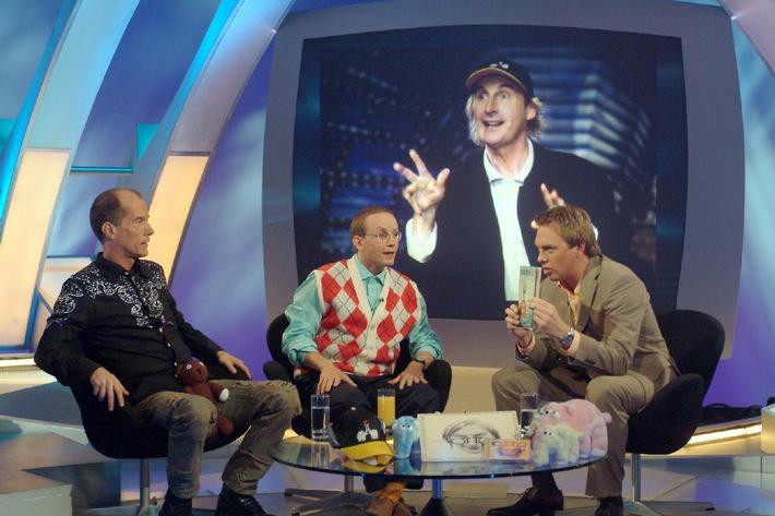 """Blödelbarde Otto hat es mit der gleichnamigen TV-Show in die """"Top 10"""" geschafft – welche Ränge seine und neun weitere Comedy-Sendungen einnehmen, erfahren die Zuschauer am 5. Oktober 2005 in """"Top 10 TV - Die witzigsten Comedy-Shows"""" mit Moderator Steven Gätjen (re.) und seinen Studiogästen Wigald Boning (Mi.) und Georg Uecker (li.). """"Top 10 TV – Die witzigsten Comedy-Shows"""" am Mittwoch, 5. Oktober 2005, um 20:15 Uhr bei kabel eins. © kabel eins - honorarfrei nur im Zusammenhang mit einem Sendehinweis auf das entsprechende kabel eins-Format und bei Nennung """"Bild: kabel eins""""."""