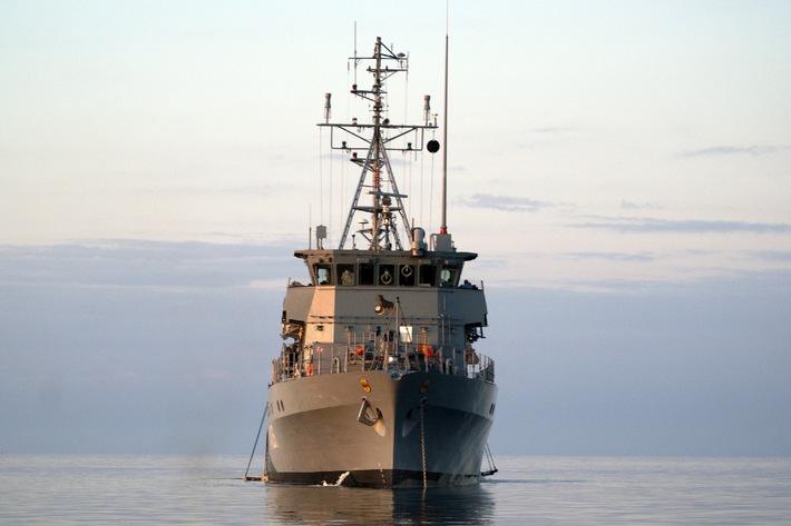 """Archivbild: Das Minentauchereinsatzboot """"Rottweil"""" in See. Foto: Deutsche Marine."""
