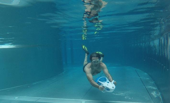 Die Tauchlehrer im Tropical Islands Resort zeigen, wie es geht: Die neuen Wasserscooter gleiten mit 4 km/h durch das Wasser und ermöglichen kurze Tauchgänge. © Tropical Islands