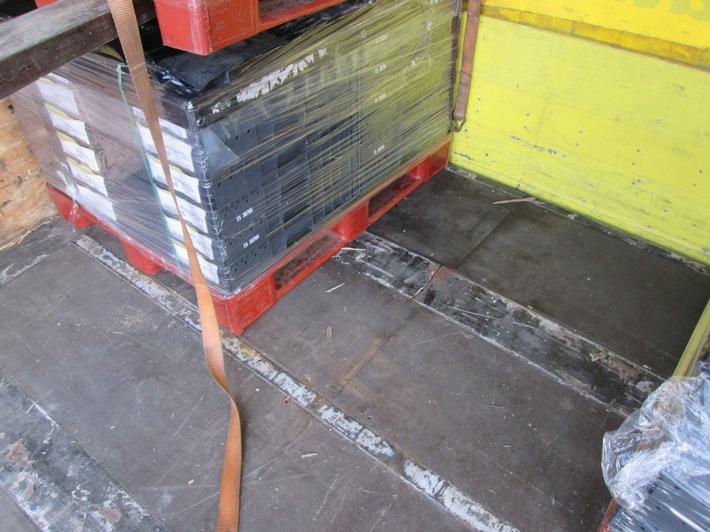 Ein Blick in den Laderaum des Sattelzuges - Ladung kann aufgrund des gebrochenen Längsträgers nicht mehr gefahrlos transportiert werden.