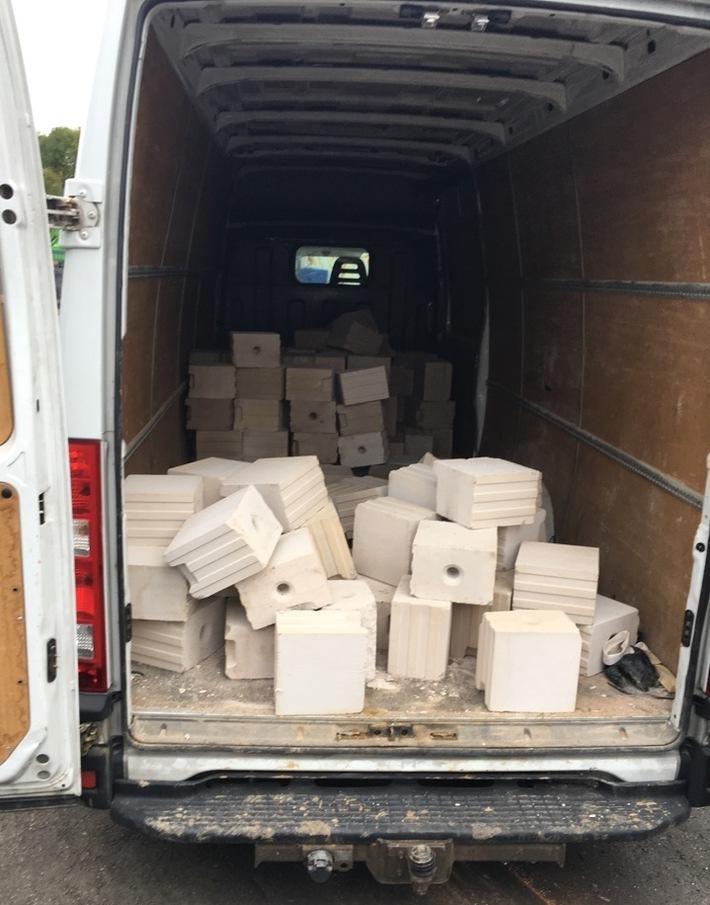 POL-KS: Kassel - Unterneustadt: Transporter geht in die Knie; Zuviel Steine geladen
