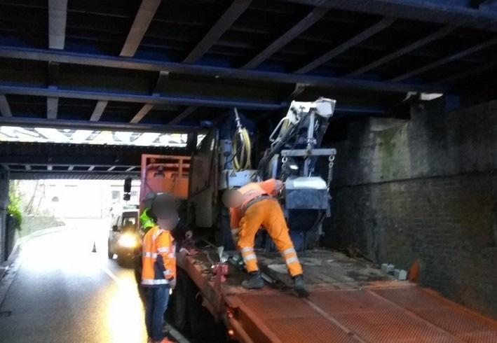LKW touchiert Eisenbahnbrücke. Foto Bundespolizei