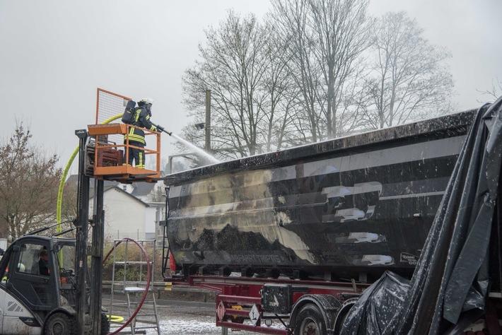 FW-OE: LKW-Auflieger mit Gefahrgut brannte - Fahrer reagierte schnell Feuerwehr hat Lage schnell unter Kontrolle