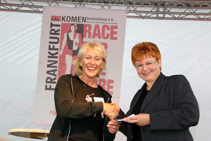 """Dr. Erna Batke-Grimm (r), Hoffmann-La Roche AG, übergibt Irene Menzel, Präsidentin von Komen Deutschland e.V. einen Scheck über 3000 Euro zur Unterstützung des Brustkrebslaufs """"Race for the Cure"""". Die Verwendung dieses Bildes ist für redaktionelle Zwecke honorarfrei. Abdruck bitte unter Quellenangabe: """"obs/Hoffmann-La Roche"""""""