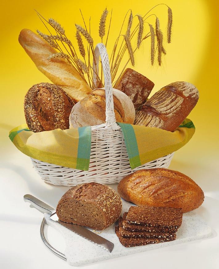 """Meinungswandel: 2007 mit zwei neuen Trends beim Brot / Ernährungswissenschaftler: Brot ist """"Gesundheit mit Geschmack"""" / Der deutsche Brotkorb ist unverändert wohl gefüllt. Sortenvielfalt, Geschmack und Gesundheit prägen das """"Brotbild"""" der Bundesbürger. Bei den Lieblingsbroten ganz oben auf der aktuellen Hitliste liegen Vollkorn- und Schrotbrote - und hier im Bild ganz vorn (v.r.n.l.): Weizenvollkornbrot, Roggenvollkornbrot und Haferschrotbrot. Die Verwendung dieses Bildes ist für redaktionelle Zwecke honorarfrei. Abdruck bitte unter Quellenangabe: """"obs/GMF"""""""