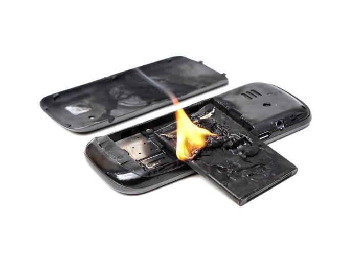 """Éteindre le feu, mais attention : ne jamais utiliser de l'eau, qui pourrait causer une explosion. L'incendie doit être éteint avec une couverture anti-feu. Texte complémentaire par ots et sur www.presseportal.ch/fr/nr/100002394 / L'utilisation de cette image est pour des buts redactionnels gratuite. Publication sous indication de source: """"obs/BfB / Cipi/Shutterstock"""""""
