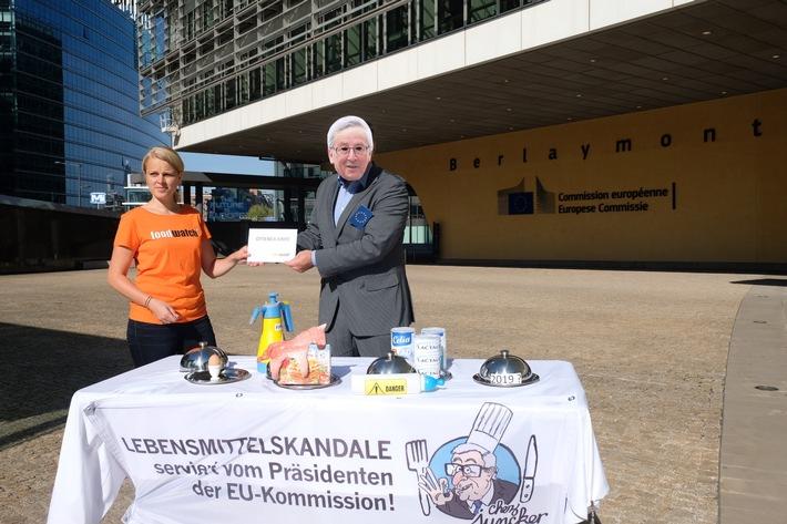 """Offener Brief: Kommissionspräsident Jean-Claude Juncker ist """"realitätsfern"""" / Protest in Brüssel: foodwatch wirft EU massive Versäumnisse beim Gesundheitsschutz vor. foodwatch-Aktivisten protestieren vor dem Gebäude der EU-Kommission: Die europäische Verbraucherorganisation wirft EU-Kommissionspräsident Jean-Claude Juncker massive Versäumnisse beim Gesundheits- und Verbraucherschutz vor. Regelmäßig werde Europa von einem großen Lebensmittelskandal erschüttert, doch die Brüsseler Behörde versäume es, Verbraucherinnen und Verbraucher effektiv zu schützen, kritisiert foodwatch. Weiterer Text über ots und www.presseportal.de/nr/50496 / Die Verwendung dieses Bildes ist für redaktionelle Zwecke honorarfrei. Veröffentlichung bitte unter Quellenangabe: """"obs/Tim Dirven/foodwatch"""""""