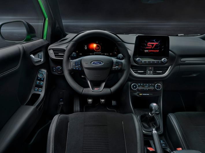 Mit einer induktiven Ladestation für entsprechend ausgerüstete mobile Endgeräte, der beheizbaren Frontscheibe, einem Park-Pilot-System vorn und hinten sowie Scheibenwischer mit Regensensor zählen zahlreiche Komfortfeatures zur Puma ST-Serienausstattung. Ebenfalls an Bord: das Kommunikations- und Entertainmentsystem Ford SYNC 3. Seine Audio- und Navigationsfunktionen lassen sich wahlweise mit einfachen Sprachbefehlen4 oder über den acht Zoll großen Touchscreen bedienen, der beim Hochfahren das Ford Performance-Logo zeigt. Zum Einbinden von kompatiblen Smartphones ist das System mit den kostenfreien Schnittstellen-Standards Apple CarPlay und Android Auto[TM] ausgerüstet. Das serienmäßige Premium Soundsystem von B&O mit einer Verstärkerleistung von 575 Watt überzeugt durch brillanten Klang. / Puma ST und Puma Cool & Connect: Ford komplettiert die Puma-Modellfamilie / Weiterer Text über ots und www.presseportal.de/nr/6955 / Die Verwendung dieses Bildes ist für redaktionelle Zwecke honorarfrei. Veröffentlichung bitte unter Quellenangabe: