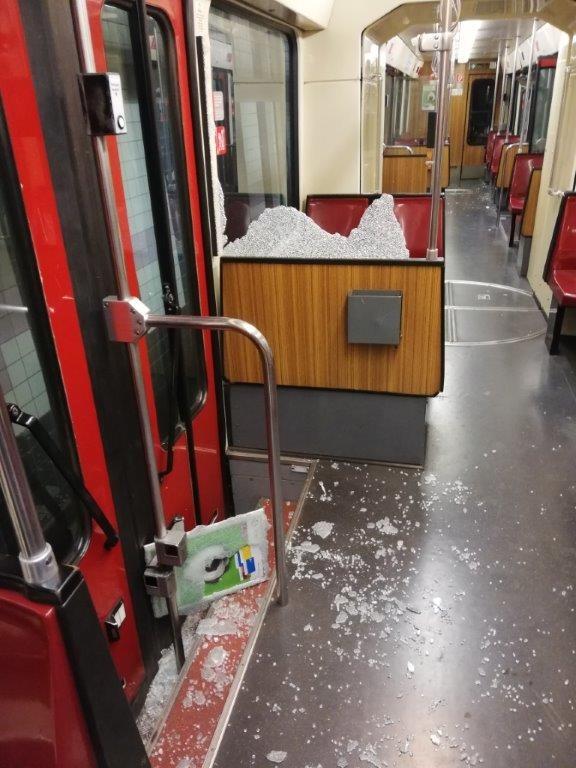 POL-DU: Duisburg -Altstadt: Neun Verletzte bei Notbremsung der Straßenbahn