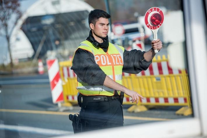 Die Bundespolizei hat bei Grenzkontrollen auf der Inntalautobahn drei mutmaßliche Schleuser verhaftet. Zudem hat einer der Festgenommenen gegen das Waffengesetz verstoßen.