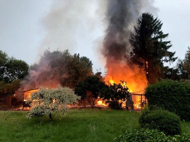 FW Bremerhaven: Feuer zerstört Gartenlaube, erschwerter Zugang zum Brandobjekt