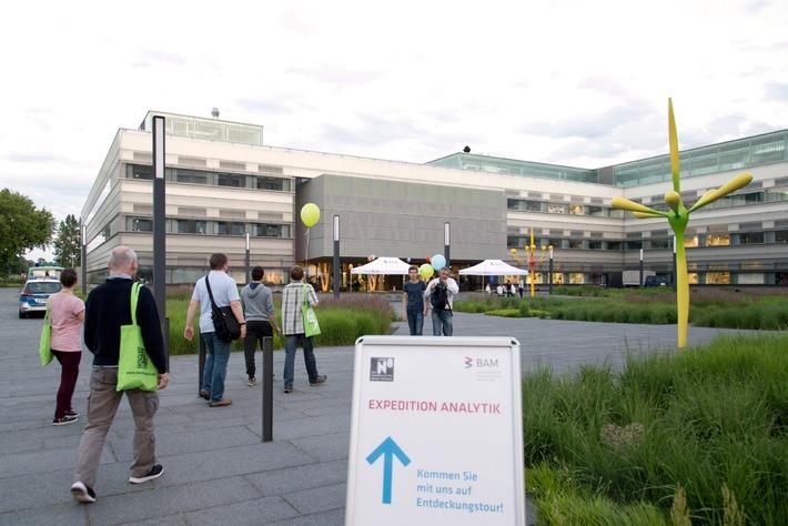 Zur Langen Nacht der Wissenschaften am 9. Juni öffnet die BAM in Adlershof wieder ihre Labore und bietet Wissenschaft zum Staunen und Mitmachen. Quelle: BAM