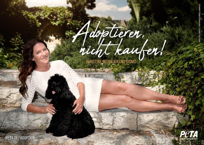 """Christine Neubauer und Hund Gismo für PETA: """"Adoptieren, nicht kaufen!"""" Weiterer Text über ots und www.presseportal.de/nr/12276 / Die Verwendung dieses Bildes ist für redaktionelle Zwecke honorarfrei. Veröffentlichung bitte unter Quellenangabe: """"obs/PETA Deutschland e.V./Jose Campos B."""""""