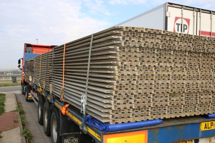 Die schweren Aluplatten drohten wegen mangelnder Sicherung vom Auflieger des 40 Tonnen Sattelzuges zu rutschen. Die Weiterfahrt wurde untersagt.  Bild: Polizei Osnabrück