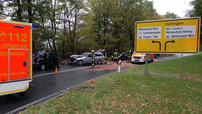 Zwei Verletzte nach einem Frontalunfall zweier PKW in Bochum-Wattenscheid.