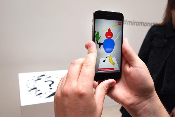 Beim Ausstellungsrundgang können die Besucherinnen und Besucher virtuell Alltagsgegenstände einsammeln und daraus eine Plastik erstellen. (Foto: Katharina Tillmanns / TH Köln)