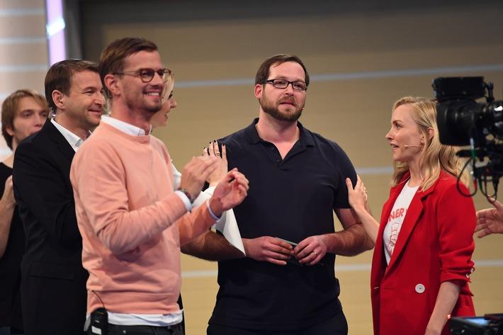"""""""Unbeschreiblich. Einfach unbeschreiblich"""", ist zunächst das Einzige, was Erfinder Ulrich Müller (29) herausbekommt, während er sichtlich mit den Tränen zu kämpfen hat. Die Zuschauer wählen in der ProSieben-Erfindershow am Samstagabend seinen faltbaren Anhänger """"Faltos"""" mit 35 Prozent zu """"Das Ding des Jahres"""". Der Bamberger gewinnt einen Werbedeal auf den Sendern der ProSiebenSat.1-Gruppe in Höhe von 2,5 Millionen Euro: """"In letzter Zeit hat mein Arbeitstag um sechs Uhr begonnen und um ein Uhr nachts geendet - und das sieben Tage die Woche. Wir sind ohne Erwartungen hierhergekommen und als Sieger rausgegangen. Jetzt haben sich zehn Jahre harte Arbeit ausgezahlt.""""   Das Ding des Jahres Finale vom 10. Maerz 2018, 20.15 Uhr auf ProSieben Foto: © ProSieben/Willi Weber   Dieses Bild darf bis Ende 17. Maerz 2018 honorarfrei fuer redaktionelle Zwecke und nur im Rahmen der Programmankuendigung verwendet werden. Spaetere Veroeffentlichungen sind nur nach Ruecksprache und ausdruecklicher Genehmigung der ProSiebenSat1 TV Deutschland GmbH moeglich. Verwendung nur mit vollstaendigem Copyrightvermerk. Das Foto darf nicht veraendert, bearbeitet und nur im Ganzen verwendet werden. Es darf nicht archiviert werden. Es darf nicht an Dritte weitergeleitet werden. Nicht für EPG! Bei Fragen: 089/9507-1167. Voraussetzung fuer die Verwendung dieser Programmdaten ist die Zustimmung zu den Allgemeinen Geschaeftsbedingungen der Presselounges der Sender der ProSiebenSat.1 Media SE. Weiterer Text über ots und www.presseportal.de/nr/25171 / Die Verwendung dieses Bildes ist für redaktionelle Zwecke honorarfrei. Veröffentlichung bitte unter Quellenangabe: """"obs/ProSieben/Willi Weber"""""""