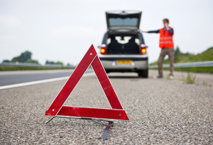 """Im Spätsommer sind die Straßen wieder gut gefüllt - jedes Wochenende rollt eine neue Rückreisewelle über Deutschlands Autobahnen. Wie eine forsa-Umfrage im Auftrag von CosmosDirekt jetzt ergab, fürchten sich drei Viertel der deutschen Autofahrer (75 Prozent) besonders dort vor Autopannen. Abdruck nur in Verbindung mit CosmosDirekt und unter Angabe des Bildnachweises gestattet. Die Verwendung dieses Bildes ist für redaktionelle Zwecke honorarfrei. +++ Autofahrer; Panne; Autobahn; Autofahrer; Unfall; Risiko; Warnblinker; Warnweste; Farzeug; Warndreieck; Fahrbahn; Stau; Sommer; Urlaub; Rückreise; Kurven; Notruf; Defekt; Sicherheit; Leitplanke; Mitfahrer; Abstand; Hitze +++ Weiterer Text über OTS und www.presseportal.de/pm/63229 / Die Verwendung dieses Bildes ist für redaktionelle Zwecke honorarfrei. Veröffentlichung bitte unter Quellenangabe: """"obs/CosmosDirekt/36clicks/iStock/Thinkstock"""""""