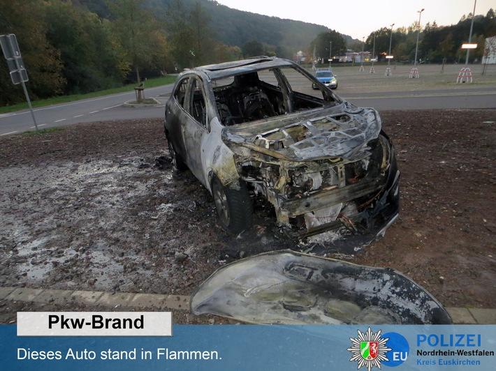 Pkw stand in Flammen. (Foto: Polizei)
