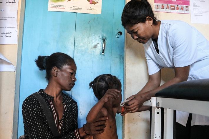 """Im Süden Madagaskars leisten die SOS-Kinderdörfer Nothilfe. Hunger und Verzweiflung haben dort dramatische Formen angenommen. """"Manche Menschen essen die Kerne und Saaten, die sie eigentlich im nächsten Frühjahr anpflanzen wollten - das treibt den Teufelskreis weiter an. Andere haben versucht, sich umzubringen"""", sagt Jean Francois Lepetit, Leiter der SOS-Kinderdörfer in Madagaskar. Besonders dramatisch sei die Situation für die Kinder. """"Sie sind unfassbar dünn. Viele gehen aus Hunger nicht mehr in die Schule"""", sagt Lepetit. (Bild zur Verwendung nur im Kontext der SOS-Kinderdörfer weltweit) / Hungersnot in Madagaskar: Aus Verzweiflung essen Familien ihr Saatgut / Weiterer Text über ots und www.presseportal.de/nr/1658 / Die Verwendung dieses Bildes ist für redaktionelle Zwecke unter Beachtung ggf. genannter Nutzungsbedingungen honorarfrei. Veröffentlichung bitte mit Bildrechte-Hinweis."""