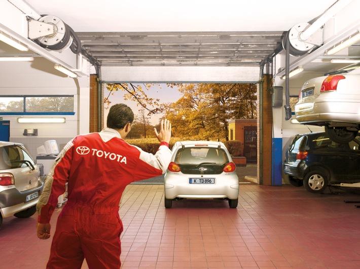 Bis zu 10 Jahre entspannt Toyota fahren - mit Toyota Relax / Weiterer Text über ots und www.presseportal.de/nr/40803 / Die Verwendung dieses Bildes ist für redaktionelle Zwecke unter Beachtung ggf. genannter Nutzungsbedingungen honorarfrei. Veröffentlichung bitte mit Bildrechte-Hinweis.