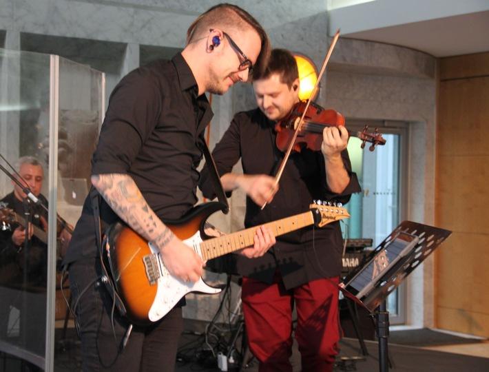 Geiger Stefan Krznaric mit Bandmitglied Nico Schliemann (Foto: Mannheimer Versicherung AG)