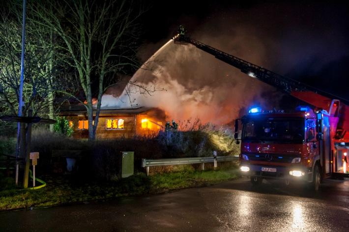 Das Feuer breitete sich schnell auf die geamte Holzkonstruktion aus.