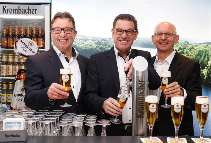 """Pressegespräch zum Jahresbericht 2019 der Krombacher Gruppe am 8. Januar 2020 in Düsseldorf (v.l.n.r.): Stephan Maubach, Vertriebsdirektor Handel und Mitglied der Geschäftsleitung der Krombacher Brauerei, Helmut Schaller, Geschäftsführer Technik der Krombacher Brauerei und Uwe Riehs, Geschäftsführer Marketing der Krombacher Brauerei. Erneutes Rekordjahr: Krombacher Gruppe erhöht Ausstoß um +1,2 % auf 7,591 Mio. hl / Der Umsatz der Krombacher Gruppe stieg um +1,4 % auf 862,1 Mio. EUR. Weiterer Text über ots und www.presseportal.de/nr/42000 / Die Verwendung dieses Bildes ist für redaktionelle Zwecke honorarfrei. Veröffentlichung bitte unter Quellenangabe: """"obs/Krombacher Brauerei GmbH & Co."""""""