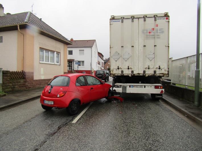 Verkehrssituation falsch eingeschätzt - auf Sattelzug aufgefahren