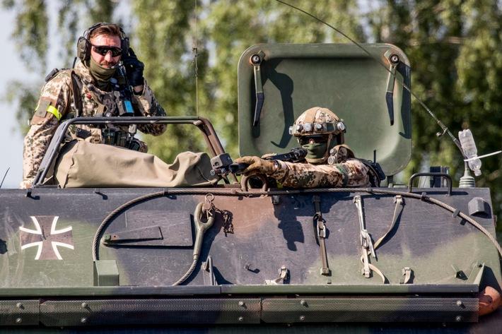 Der Zugfhrer erhlt whrend der Patrouille neue Einsatzbefehle (Quelle:Bundeswehr/Andreas Keck) Weiterer Text ber ots ...