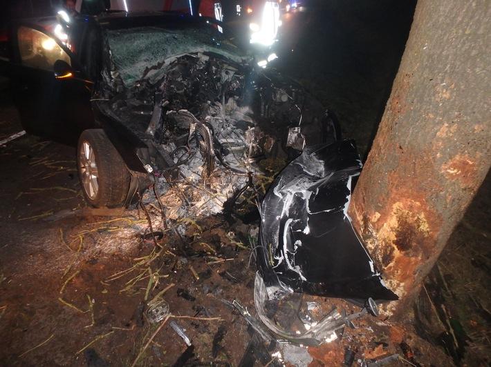 Der Pkw wurde durch den Zusammenstoß mit dem Baum total zerstört.