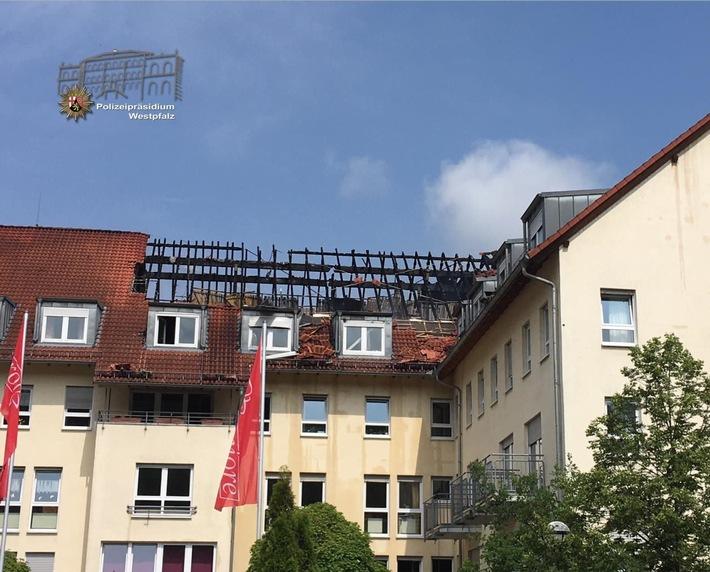 Der Dachstuhl des Gebäudes wurde durch den Brand stark beschädigt und ist einsturzgefährdet. Er soll nun vorsichtshalber abgetragen werden.